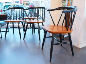 Holzstühle / Strebenstühle mit Armlehne